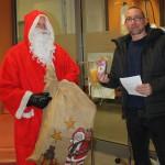 Herr Jens Guder wird vom Weihnachtsmann in der UKE Blutspende besucht.