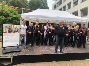 """Kalle Haverland (Schirmherr BBFH) stimmt zum Abschlusslied an: """"In Hamburg sagt man Tschüss,..."""""""