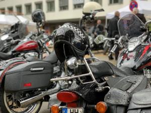 Zahlreiche Motorräder stehen Schlange auf dem Parkplatz der Blutspende